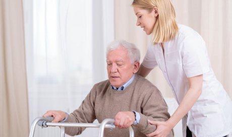 Infirmière à domicile pour soins personnes âgées